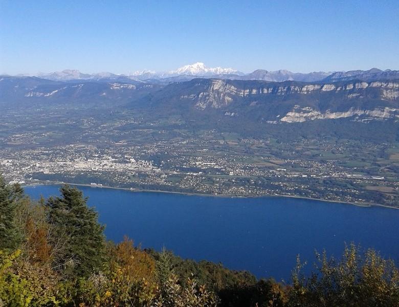 depuis la dent-du-chat, vue sur le lac, la ville, les Bauges, et plus loin, le Mont-Blanc